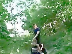 Blonde получает выебанная в общественного парка