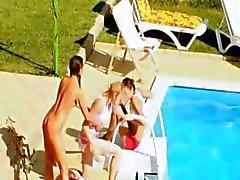 Drie kuikens geheime coïtus bij het zwembad