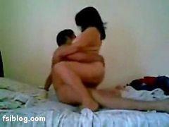 Indiase rondborstige tante met jonge man