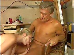 mésanges géant blonde mignonne baiser au chaufferie en plus âgé