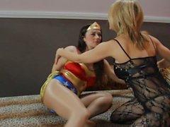 Sedutora hipnotiza Wonder Woman