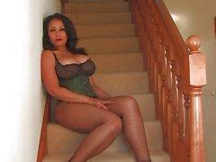 Volupté de Donna apprécie du jouer d'escalier