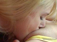 Bubbly Blondes spielt mit ihren Geschlecht spielt