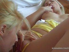 Burbujas Blondes juega con los Juguetes sexuales
