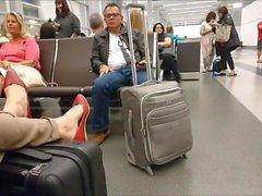 откровенные красные квартиры в аэропорту и свисающие в самолете