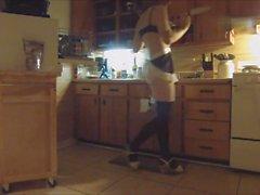 La mariquita Maid hace tareas antes de que la señora llega a casa