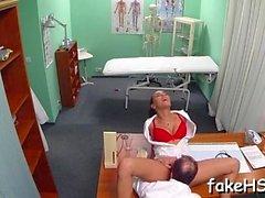 falso médico se o seu agarramento martelado dentro do hospital falso