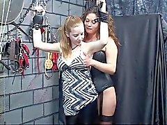 Escrava sexual fica vinculado por algemas de couro e amante dá tortura mamilo