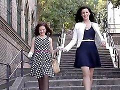 Stockinged digitación lesbianas MILF británico