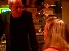 Tío excitado presión del dos muchachas para algunas escenas bdsm en caliente en un bar