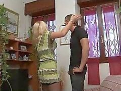 Vreemdgaan Italiaanse Huisvrouw met haar jonge minnaar