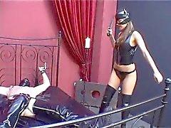 Dominatrice Faux fesser dominatrice et les turture le ventre fort l'esclave