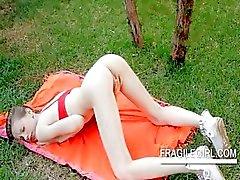 Adolescente stunner Gloria esfrega clitóris rosa em close- up ao ar livre
