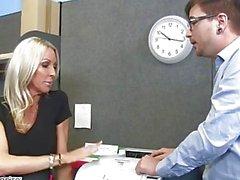 MILF Emman Starrin viettelee hänen työkaverisi - tuhma Officen - Naughty America