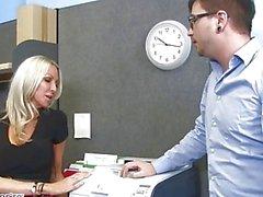MILF Emma Starr förleder henne arbetskamrat - Naughty kontoret - Naughty America