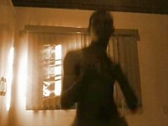 Dançando e bem sensualidades pra elas das mulheres :D )