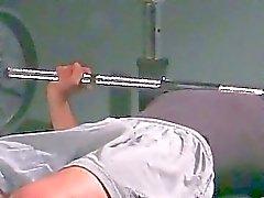 Homosexuell foten fetisch på gym ovanför hantlarna