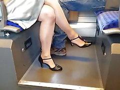 скрещенные ноги с отвесными колготками на поезде