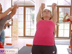 FitnessRooms Gruppi numerosi seduta di yoga conclude con un creampie sudato