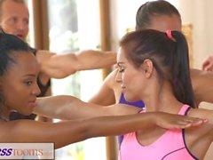 Grupos de Fitness La sesión de yoga termina con un creampie sudoroso
