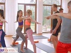 FitnessRooms Групповые занятия йогой заканчиваются потным кремом