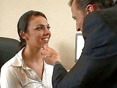 Office hoer Tiffany Taylor wordt hard geneukt op de kantoorverdieping door haar geile baas