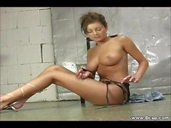 Big Tits Amy Reid grepp i hennes fitta