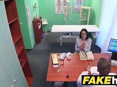 Fake Hospital Doctors se extiende caliente portugués coño labios