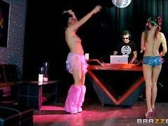 2 девочек Rave и танцы , а затем ебать и сосать . Бомба кончил кончая
