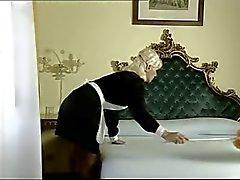 Итальянская горничной принимает двумя кранами с ее отверстий ( Camaster )