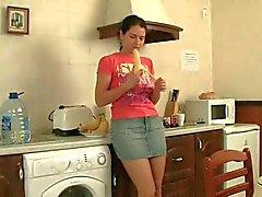 Harige zusje anaal plezier in de keuken