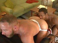 Negro muscular Aaron folla a tope de burbuja bug tanque Shay Michaels