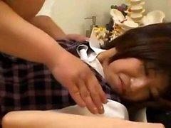 Sexy japonaise en uniforme dans son trou poilu