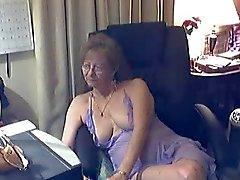 Mooie oma met een bril 1