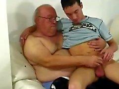 Al abuelo y un chico joven