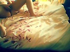 Cogido masturbándose en la habitación de un amigo