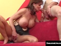 Big Busted Cougar Deauxma saa Big Dick hänen kusipääsä!