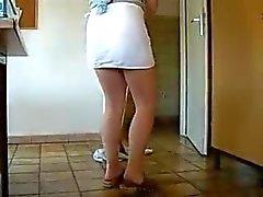Dienstmeisje schoonmaken van het huis zonder Undies door snahbrandy