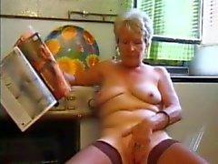 Granny in kousen speelt in de Keuken