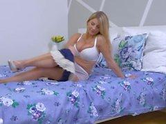 Raunchy stora bröst blond Katerina Hartlova onanerar i ren trosor
