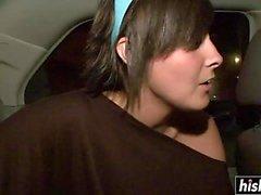 Кожаный милашка показывает ее бритую влагалище