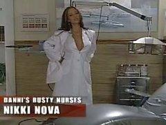 Busty Enfermeras con a Nikki Nueva