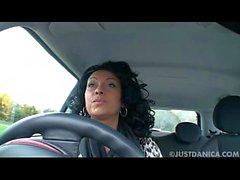 Danica Collins (Donna Ambrose) toca no carro