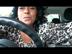 Даника Коллинз (Донна Амброуз) играет в машине