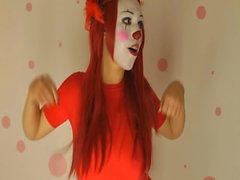 Amateur clown chick neckt mit großen Krügen auf der Webcam