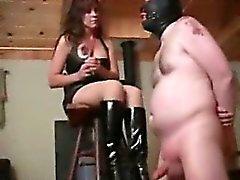 Брюнет крайней Femdom пытает ей бедных рабами шаров