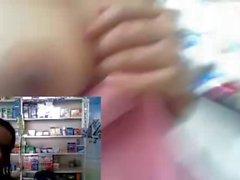 Chica de dedos de trabajo el coño , demuestra senos mientras que trabaja