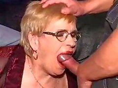 oma in een dp en gezichtsbehandeling op haar bril