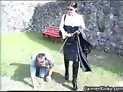 Äldre snubbe blir utbildad som en hund part2