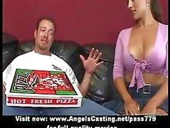 Mooie vervelen brunette doet blowjob voor pizza man met pizza op pik